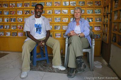 11 Mekele  Aman en Rose in zijn shop