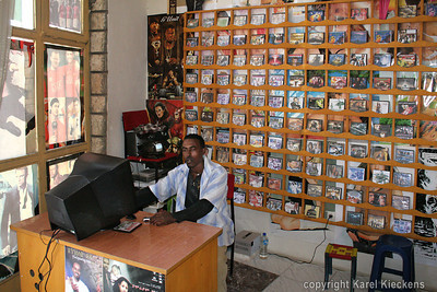 09 Mekele  Aman in zijn shop