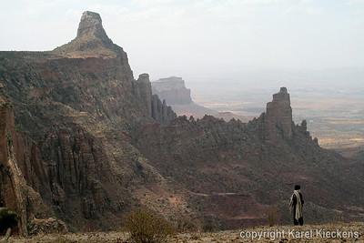 29 Afdaling van Maryam Korkor Westelijk zicht, op de rotsen van Abuna Yemata Guh