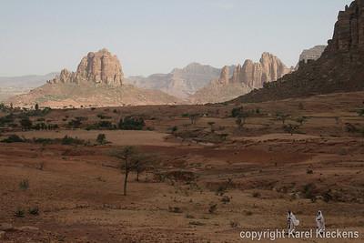 33 Achter de v-vormige kap in de rotskam, de vallei van Maryam Papaseyti