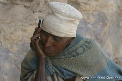 14. Aan Daniel Korkor. De non draagt een deken van Ethiopian Airlines