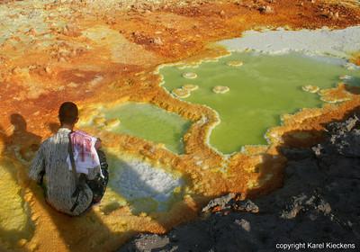 29  Hoessein neemt minerale water, als ontsmettingsmiddel
