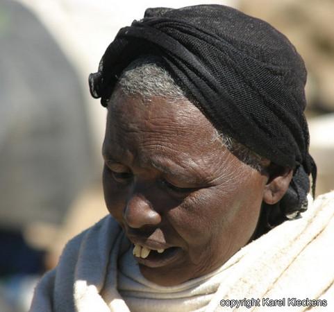 09  Debark  Vrouw op de  markt