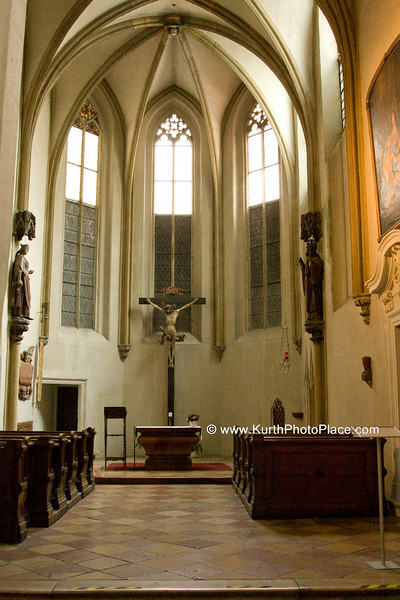 The southern chapel, the Nikolauskapelle, has remained unchanged and retains its medieval aspect. Its traceried windows date from the 13th century. It displays Gothic stone sculptures under a baldachin ( St. Catherine and St. Nicholaus) (1350) and a wooden crucifix by Hans Schlais (1510-1520). This chapel was founded by a cook of the duke at about 1350, giving thanks to the Lord for being acquitted of a poisoning case. The triumphal arch between the transept and the choir dates from the 14th century. Its spandrel is decorated with The Last Judgment