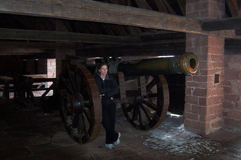 Big gun room with big gun and gunner.