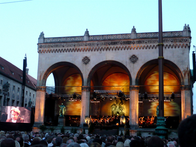 The orchestra performed from the base of the Feldherrnhalle, or Field Marshall's Hall.