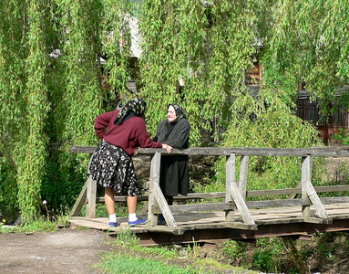 A neighborly chat in Maramures