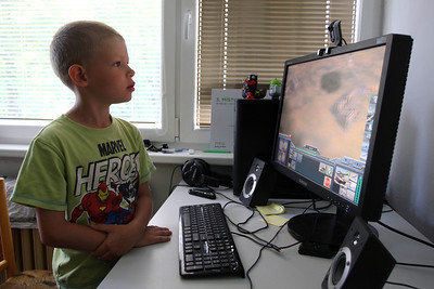 Jonik playing comp games.