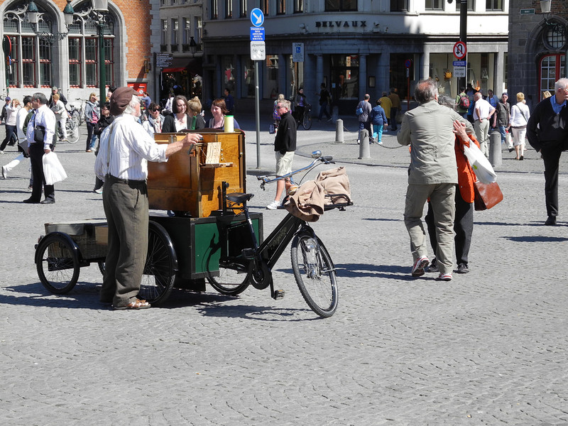 Bruges: Bicycle organ-grinder w dancing couple