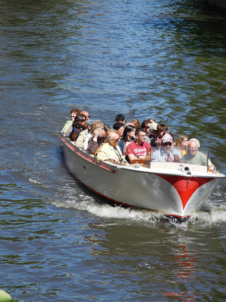 Bruges: Speeding in the canal
