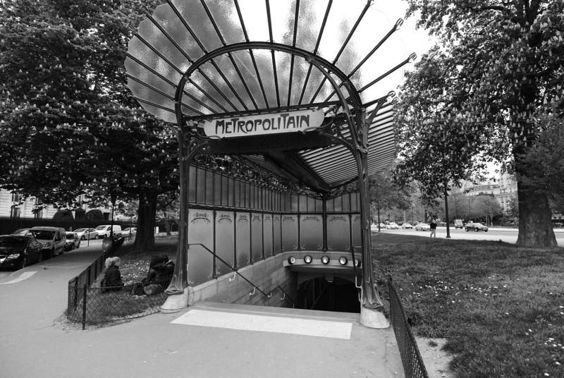 Paris: Porte Dauphine Metro station