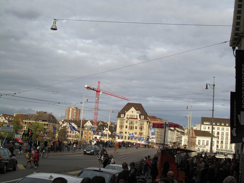 The crowd coming across the middle bridge  (Mittlere Brucke)