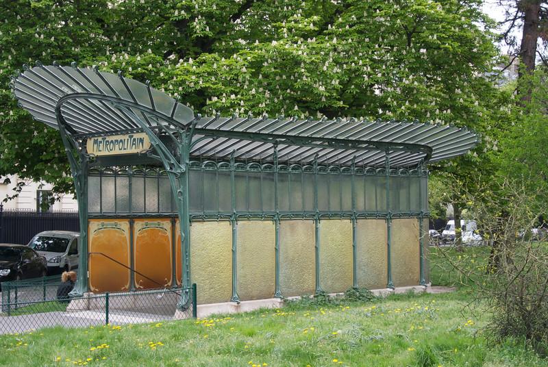 Paris: Port Dauphine Metro