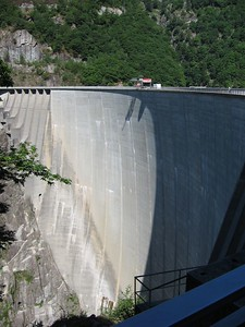 Verzasca Dam - the specs on top are people
