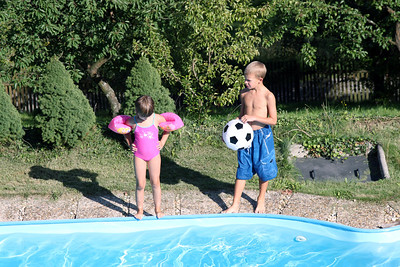 Jonik and girls in the pool.