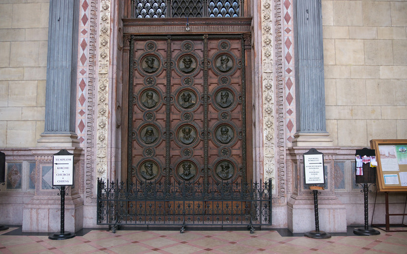 But it only opens at 10:00. This is not the tourist entrance but it's a nice door. On to the Parliament.
