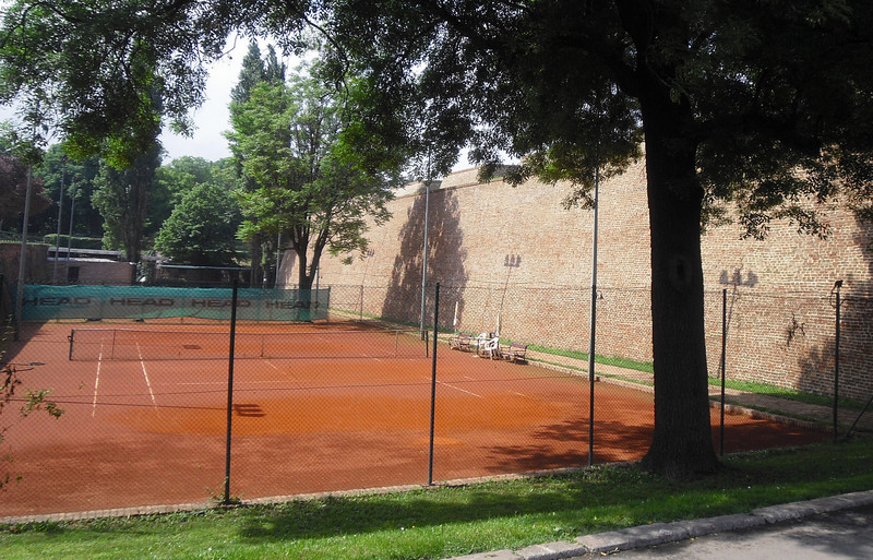 The interior of the fortress has many outdoor tennis and basketball courts. Some of the tennis players on the international circuit trained on these courts. Monica Seles played here.