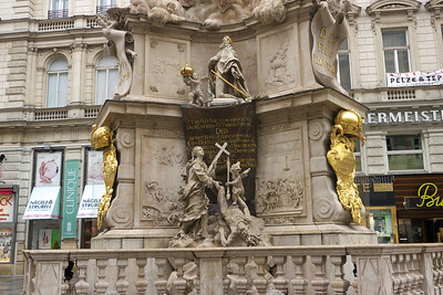 Pestsaule Statue, Graben Square