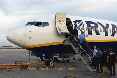 """Boarding on flight """"FR3223"""". Ryanair B737-800 (EI-EMH; cn34974/3262) would fly us from Charleroi (EBCI) to Manchester (EGCC). [shot with Samsung S4]"""