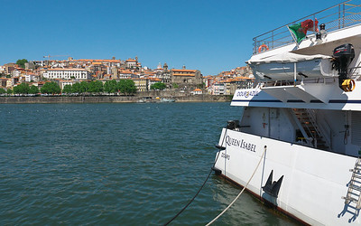 The Queen Isabel gets set to leave Porto