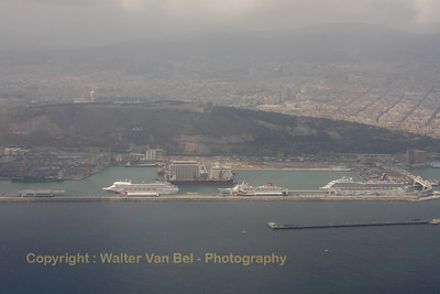The flight from Brussels arriving at Barcelona, with a view on the harbour (filled with cruise-ships) and the haze-covered city in the background.