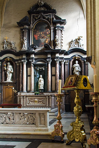 The  alterpiece of the Churh of Our Lady where the Michelangelo sculpture resides