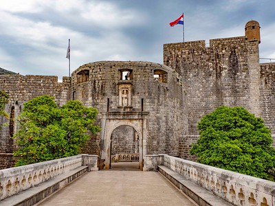 A rare shot of the Pile Gate... without tourists...St Blaze overlooks the main entrance to the Walled City