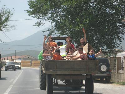 kids_waving
