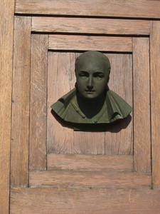 door_statue
