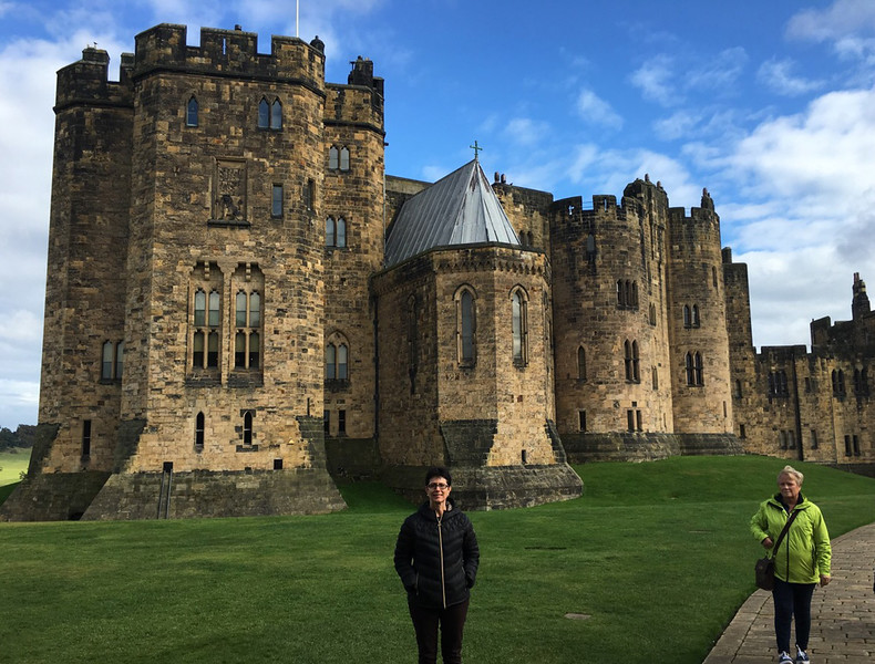 Alnwick Castle, Robin (and clueless photo-bomber in ugly green jacket).