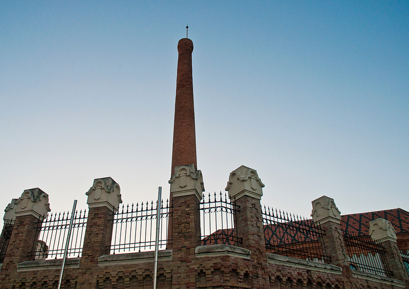 La Fábrica de Tabacos was the largest commercial building in the old town. Its high brick chimney, distinctive siren and the smell of tobacco were an integral part of life in the barrio until a few years ago. <br /> <br /> Its displacement outside the historic center raised considerable public protests.