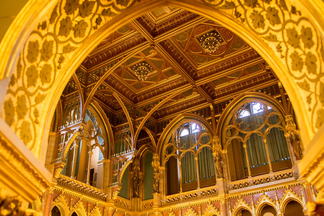 The ceiling in the central hall, where pariament meets.