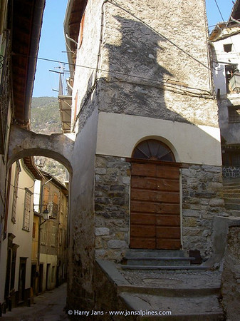 very narrow streets in Tende