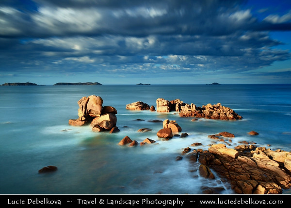 Europe - France - Bretagne - Brittany - Côte de Granit Rose - Pink Granite Coast - Stretch of coastline in the Côtes d'Armor - Unusually pink sands and rock formations, this type of pink rock can only be found in two other places in the world, Corsica and China - Area of Phare de Ploumanac'h - Phare de Mean Ruz