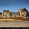 Europe - France - Bretagne - Brittany - Plougrescant peninsula - Côtes-d'Armor coast - Pointe du Chateau - Maison entre des rochers - House between rocks