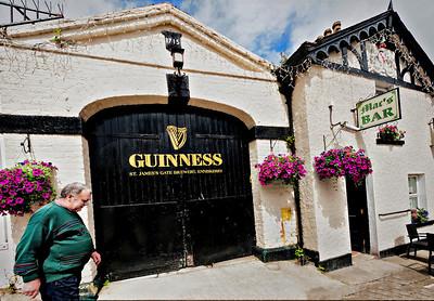 untitled-28522012-06-30_Ireland,_Enneskerry,_Mac'sBar2852
