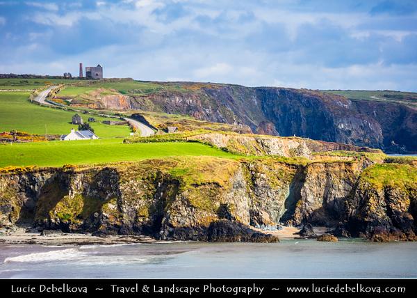 Europe - Ireland - Éire - Airlann - Airlan - County Waterford - Copper Coast UNESCO Global Geopark - Stradbally Cove - Dramatic rocky coast along Atlantic Ocean