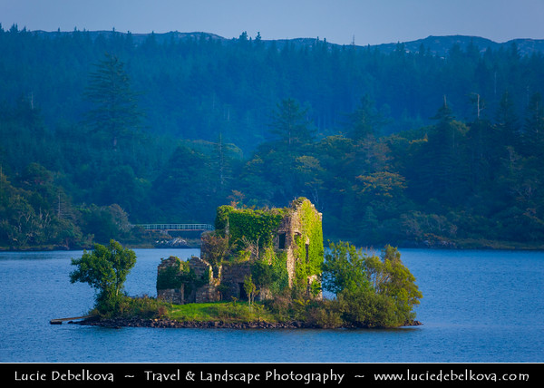 Europe - Ireland - Éire - Airlann - Airlan - County Galway - Connemara - Chonamara - Ballynahinch Lake and its island with old ruined tower house