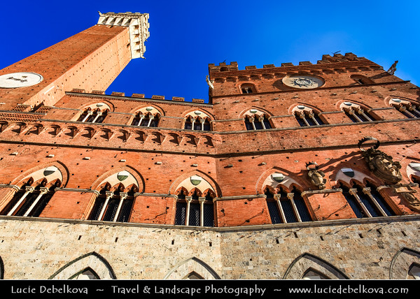 Italy - Tuscany - Toscana - Siena - UNESCO World Heritage Site - Shell-shaped Piazza del Campo - Town square, which houses the Palazzo Pubblico & the Torre del Mangia