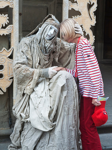 This strange statue seemed to take a liking to Gayle.