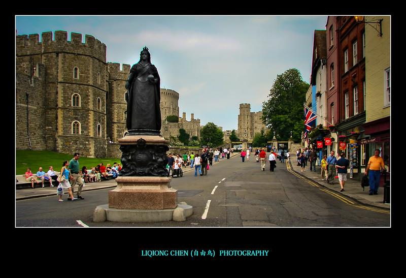 伦敦街上,持枪的卫兵有点萌