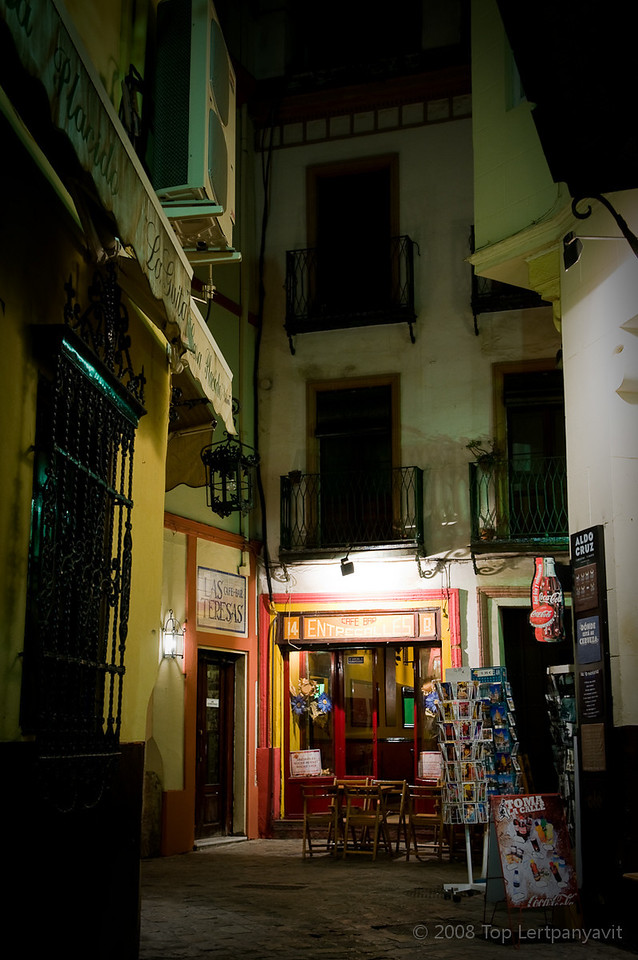 An quiet bar among the narrow streets in the Santa Cruz district in Sevilla at night
