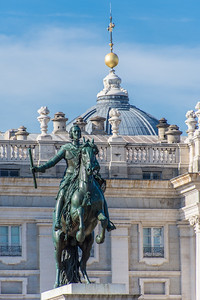 Monument to Philip IV with the Royal Palace of Madrid in the background.  Because it is difficult to balance, it's  one of very few statues where the horse is reared up on its hind legs.
