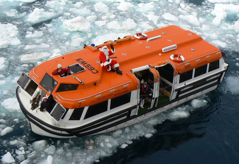 santa-sailing-the-arctic-ocean