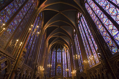 The upper chapel is resplendent in its Gothic architecture. Light, color and space blend to inspire a sense of harmony between art and religious faith.