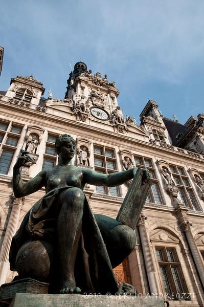 A statue and the Hotel de la Ville