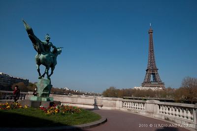 A horse and the Tour Eiffel