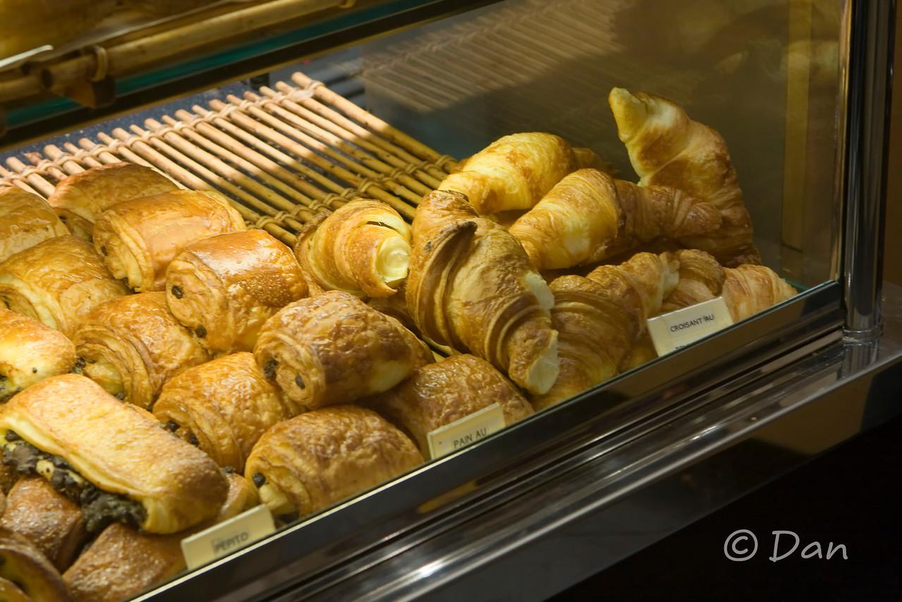 excellent pain au chocolat, croissants, baguettes,