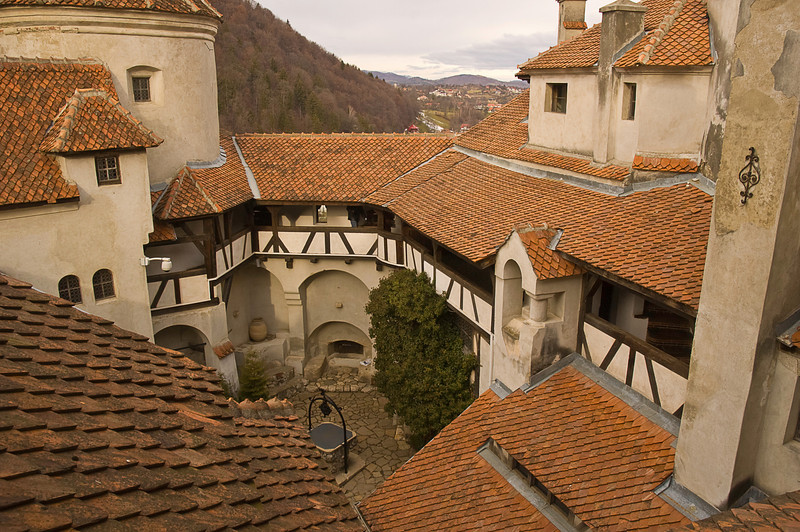 The site was originally fortified by the Teutonic Knights in 1212, but that wooden fort was destroyed by Mongols in 1242. The current stone structure was probably initialy constructed in the middle 14th century.