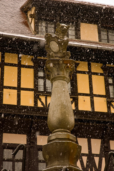Peleş Castle grounds statute in the snow